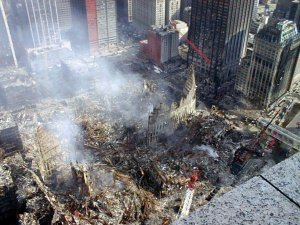Die Reste des World Trade Centers am 12.9.2001   Foto Creative Commons