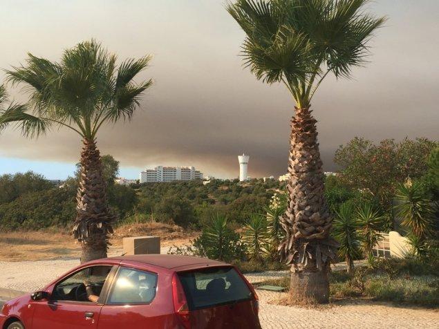 Rauchwolken über der Algarve