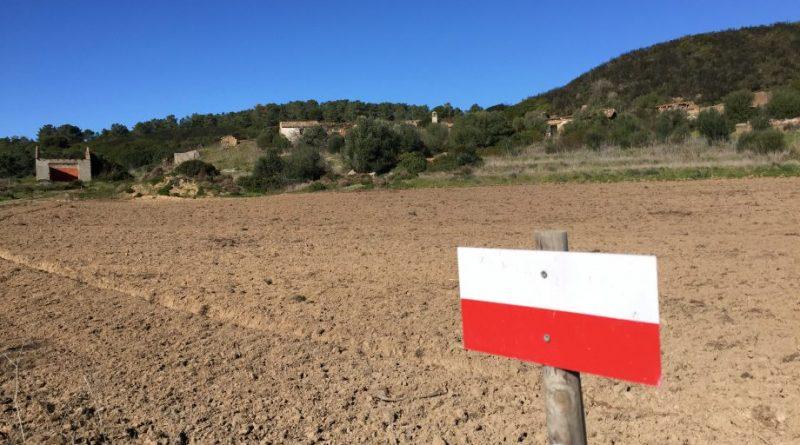 Algarve-Wanderweg vor Hügeln mit Gehöft bei Aljezur