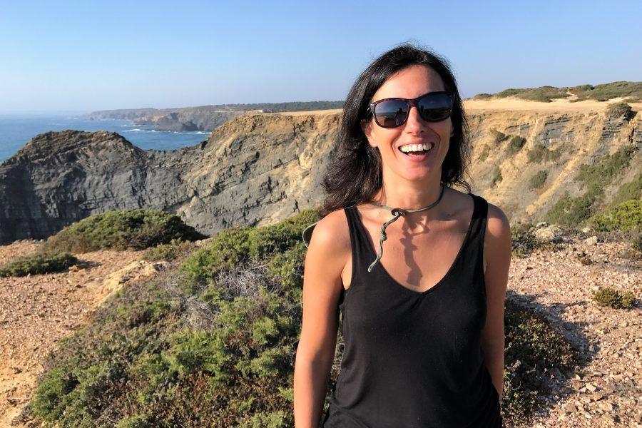 Marta Cabral trägt Sonnenbrille an der Algarve auf der Rota Vicentina