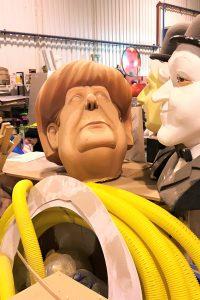 Merkel Kopf liegt ausrangiert bei Gerümpel in Karnevals-Halle der Algarve