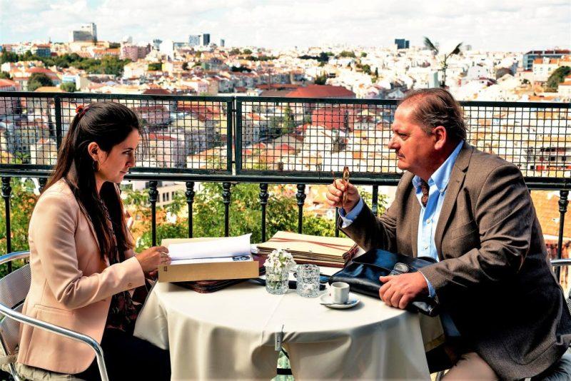 Über den Dächern von Lissabon arbeiten Vidina Popov und Jürgen Tarrach zusammen