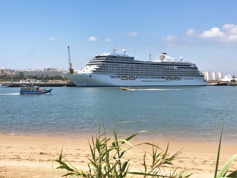 Luxus-Kreuzfahrtschiffe wie die Seven Seas Explorer im Mai auf Besuch an der Algarve im Hafen von Portimao