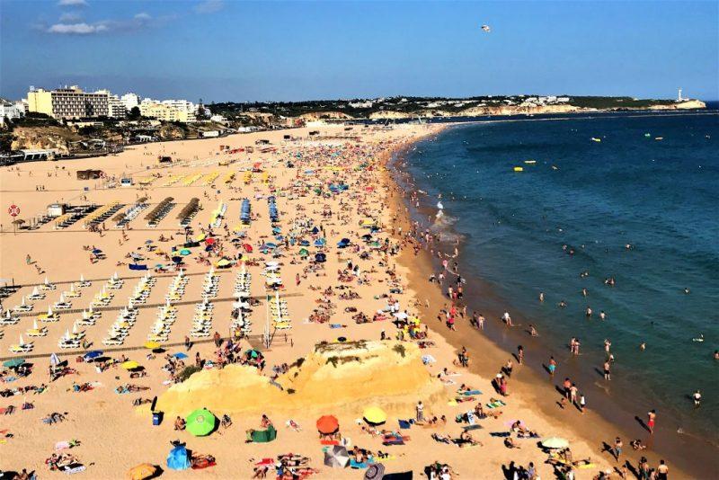 Portugiesen müssen aus Geldmangel oft auf Sommerurlaub verzichten, nicht nur an der Algarve