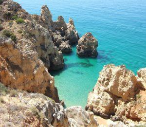 Segeln an der Algarve führt nahe an die steilen Felsklippen heran
