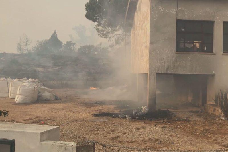 Algarve-Hotel, Wohnhäuser und Autos von Flammen bei Monchique beschädigt
