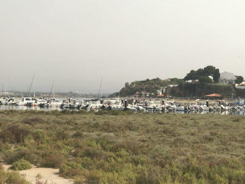 Algarve-Waldbrand verursacht an der Südküste grauen Himmel wie hier in Alvor