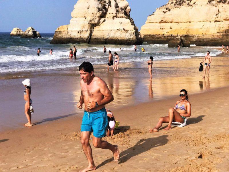 Hitzerekorde an der Algarve hindern Sportler nicht am Joggen am Strand