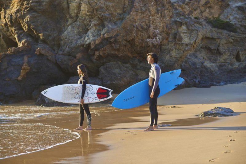 Surfer lieben die Costa Vicentina der Algarve wegen der konstant guten und außergewöhnlichen Wellen