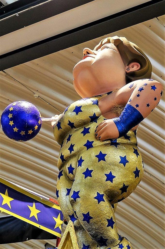 Algarve-Karneval mit Pappfigur von Angela Merkel als Gewichtheberin in der EU