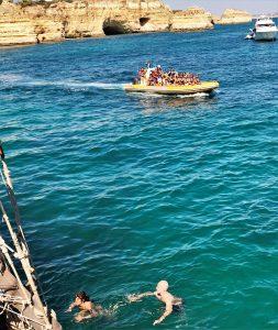 Ausflugsboote und Schwimmer kommen sich an der Algarve-Küste oft gefährlich nah