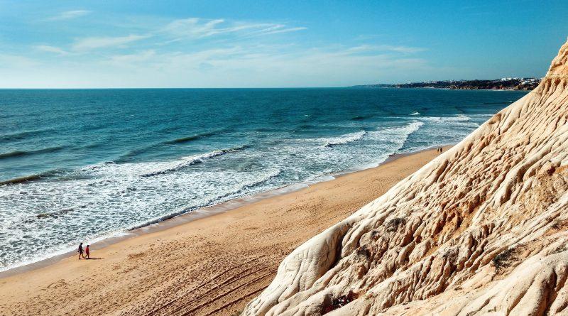 Wanderrouten der Algarve führen auch an der Felsküste entlang