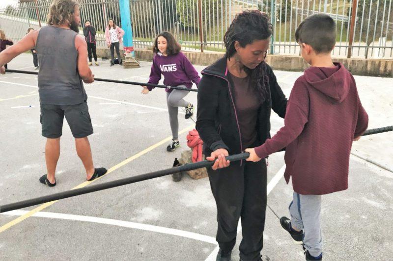 Drahtseilakt für Algarve-Kinder mit Hilfe der Weltklasse-Artistin Tatiana Mosio Bongonga