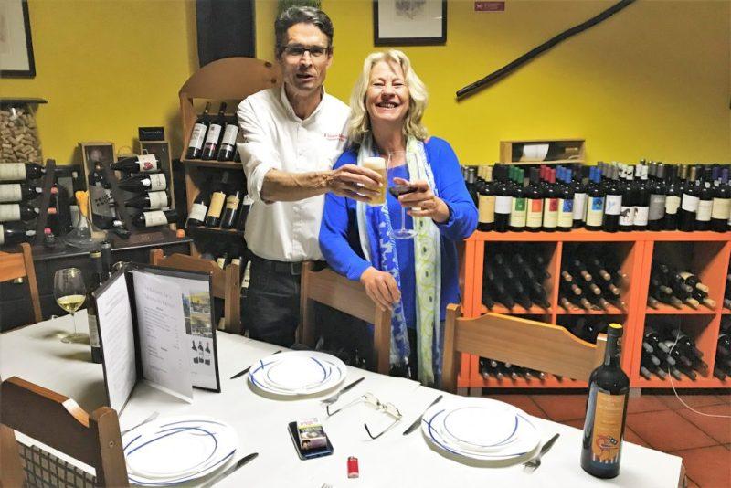Bettina Haskamp feiert den Verkaufsstart ihres neusten Algarve-Krimis in einer Taberna bei Alcoutim