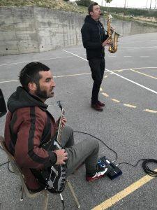 Drahtseilakt von Tatiana Mosio Bongonga wird von der Basinga-Band mit Musik begleitet