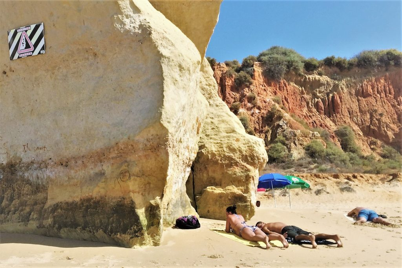 Algarve News über Risiko von Steinschlag an Klippen von 14 Stränden bei Flut