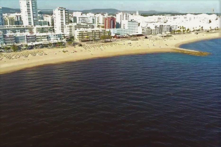 Mikroalgen färben das Atlantikwasser der Algarve-Küste vor Quarteira rot