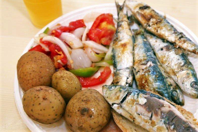 Sardinen mit Brot, Kartoffeln und Salat auf dem Sardinen Festival in Portimao Algarve