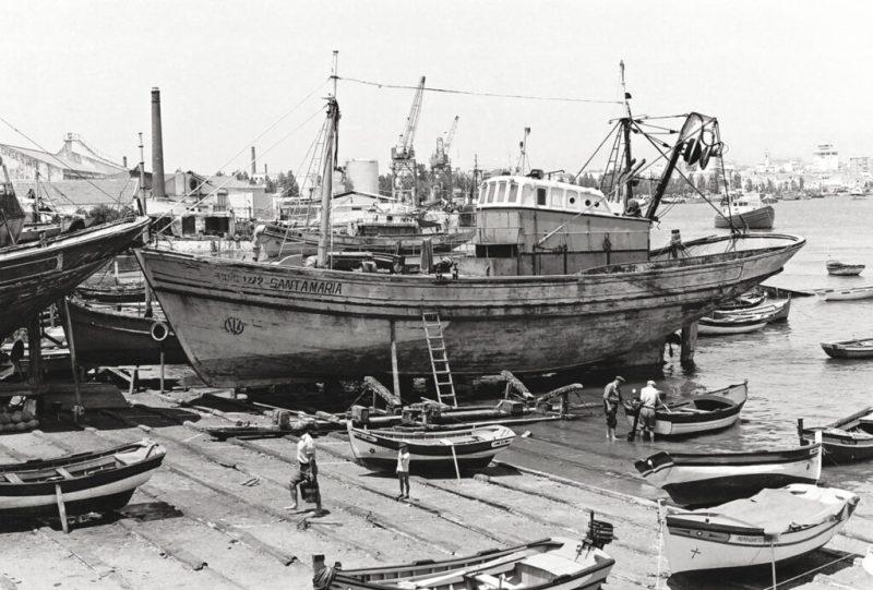 Anlieferung von Sardinen per Schiff in Portimão an der Algarve früher