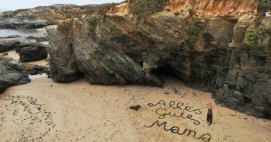 Julia W. sandte von der Algarve einen Fotogruß an ihre Mutter Elfriede