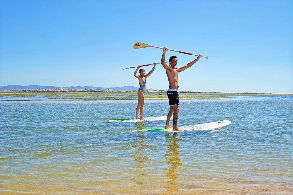 Naturtouristen wie Stehpaddler bevorzugen den Herbst an der Algarve