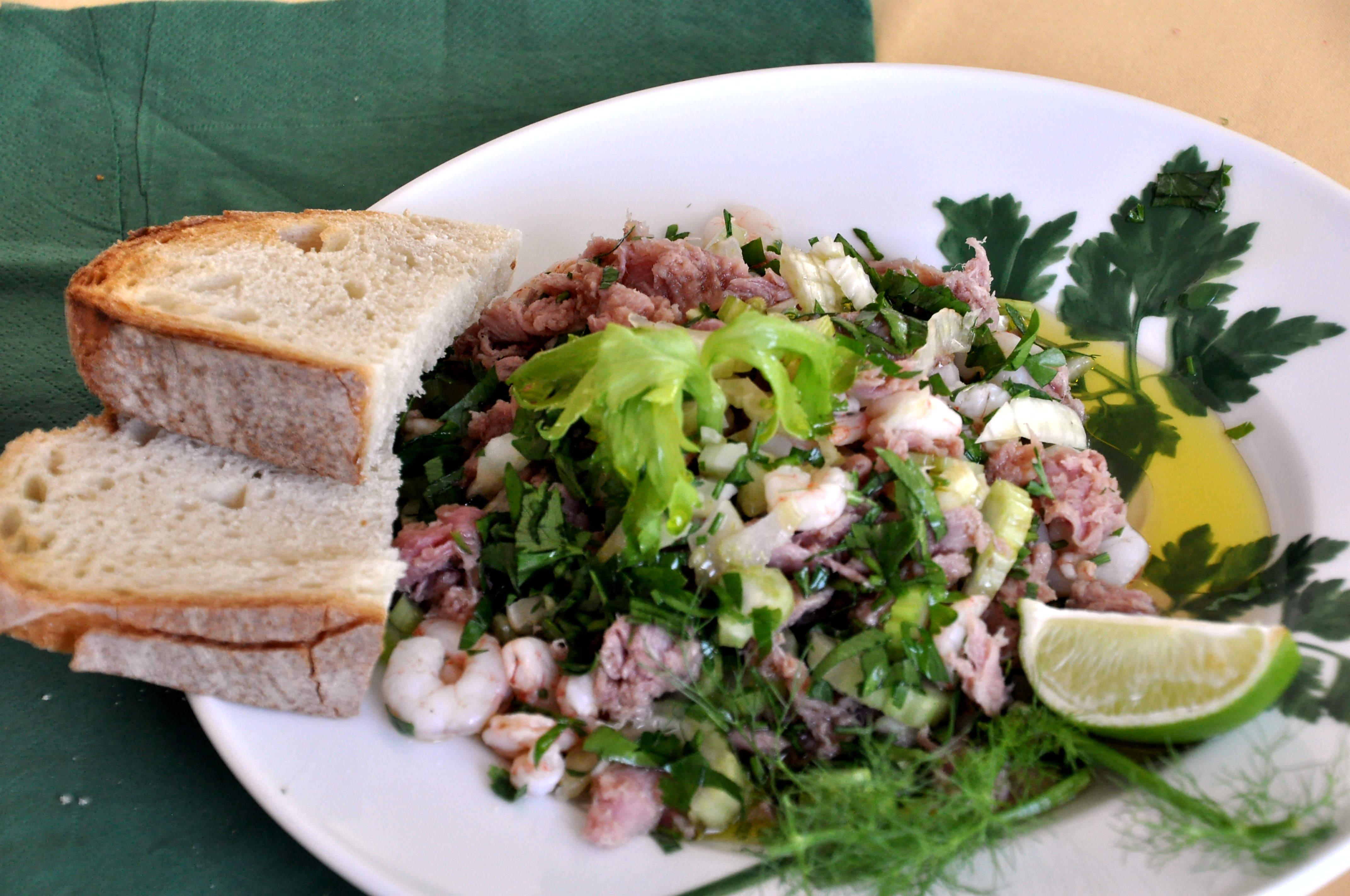 Estupeta Salat fertig auf dem Teller mit Brot