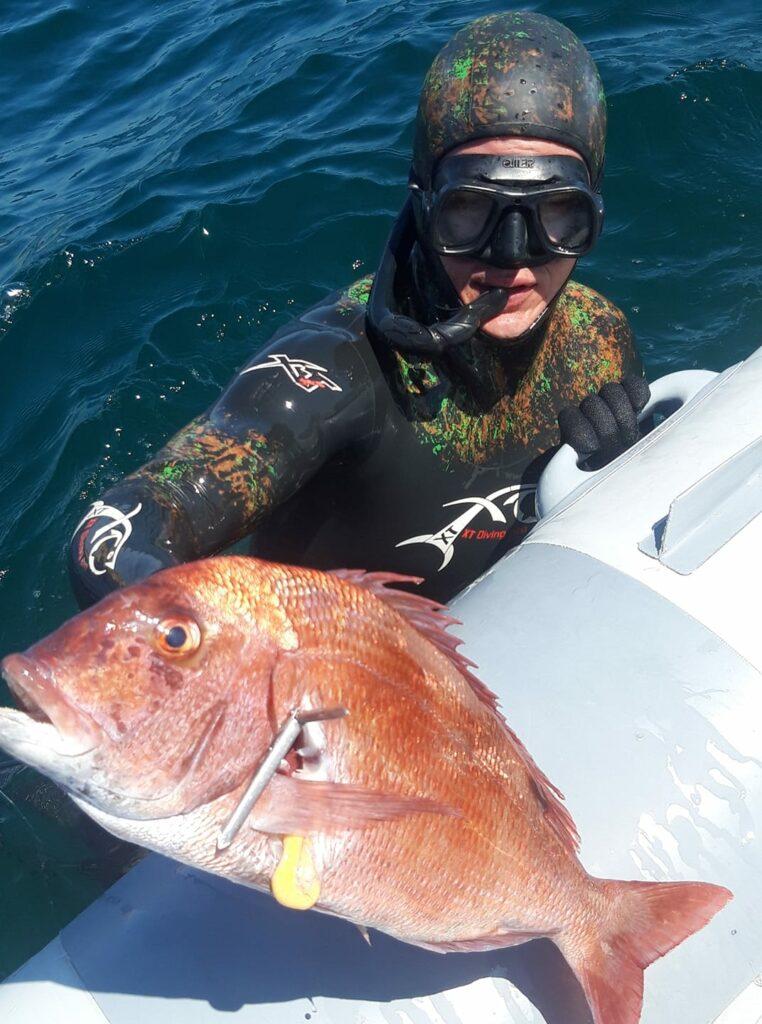 Algarve-Sporttaucher Matthias Sandeck präsentierte einen Fang als Speerfischer