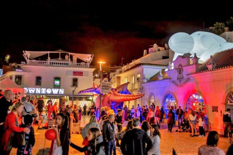 Halloween auf den Plätzen und Straßen von Albufeiras Altstadt gefeiert