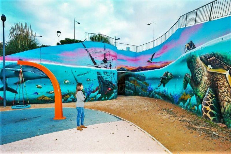 Urbane Kunst neben Spielplatz in Albufeira an der Algarve