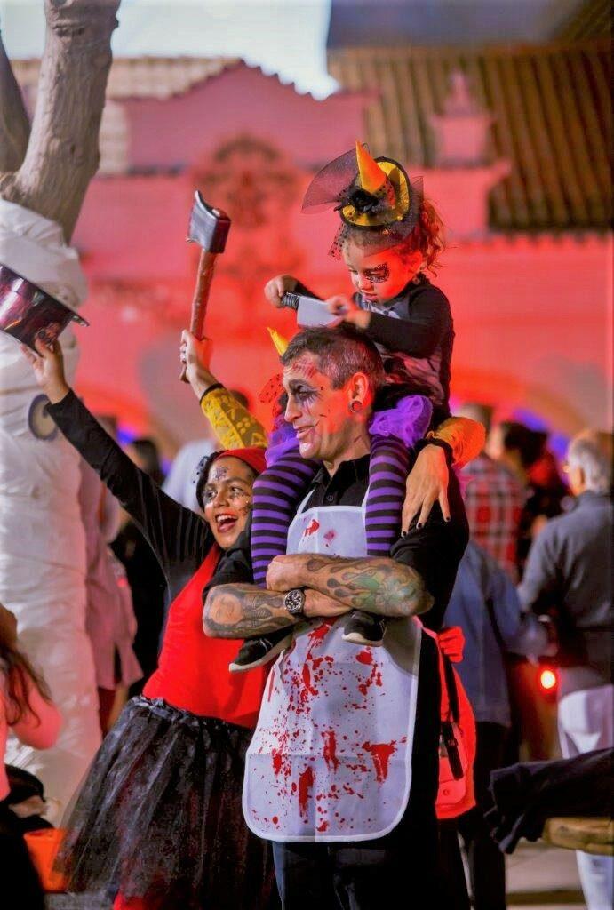 Halloween in Albufeira an der Algarve bewegt Eltern und Kinder zu skurrilen Späßen
