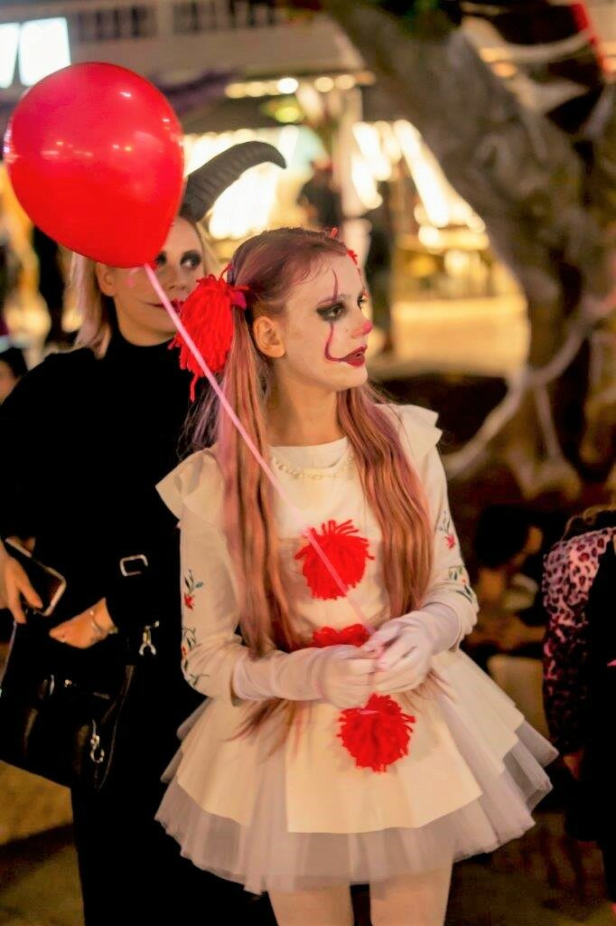 Halloween in Albufeira wurde von vielen Touristen kostümiert gefeiert