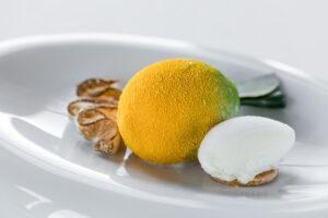 Dessert: blutorangem-und-zitronenmousse-mit-cremiger-zitrusfrucht-passionsfruchtsauce-und-zitroneneis